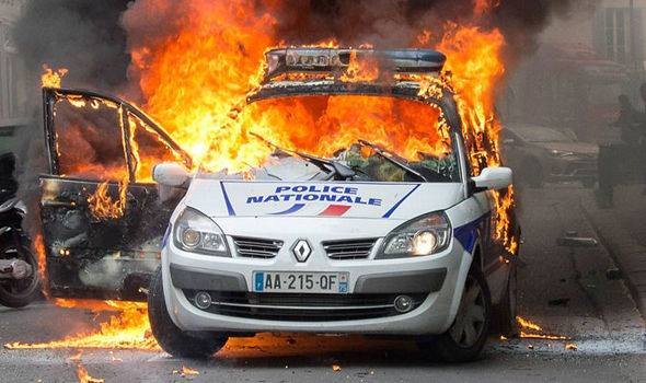 Police Nationale: Auto in Flammen
